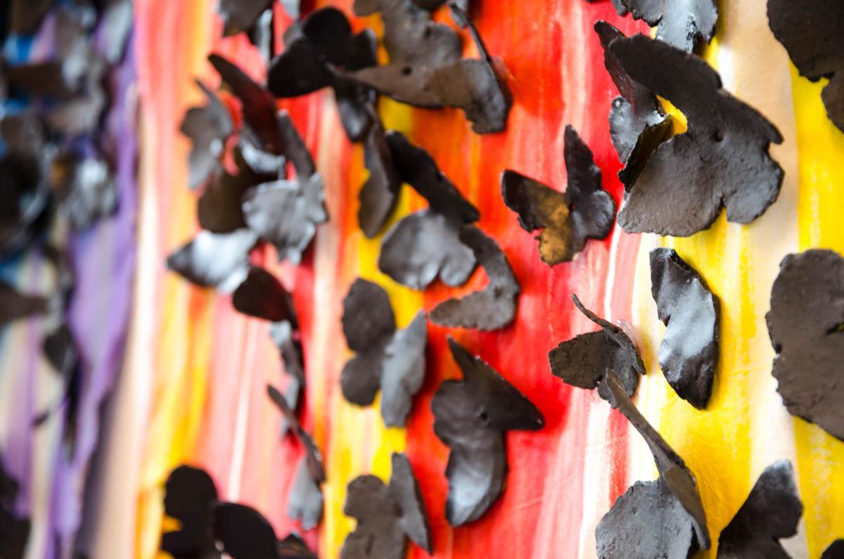De keramieke zwarte vlinders van Dilvin Shengali