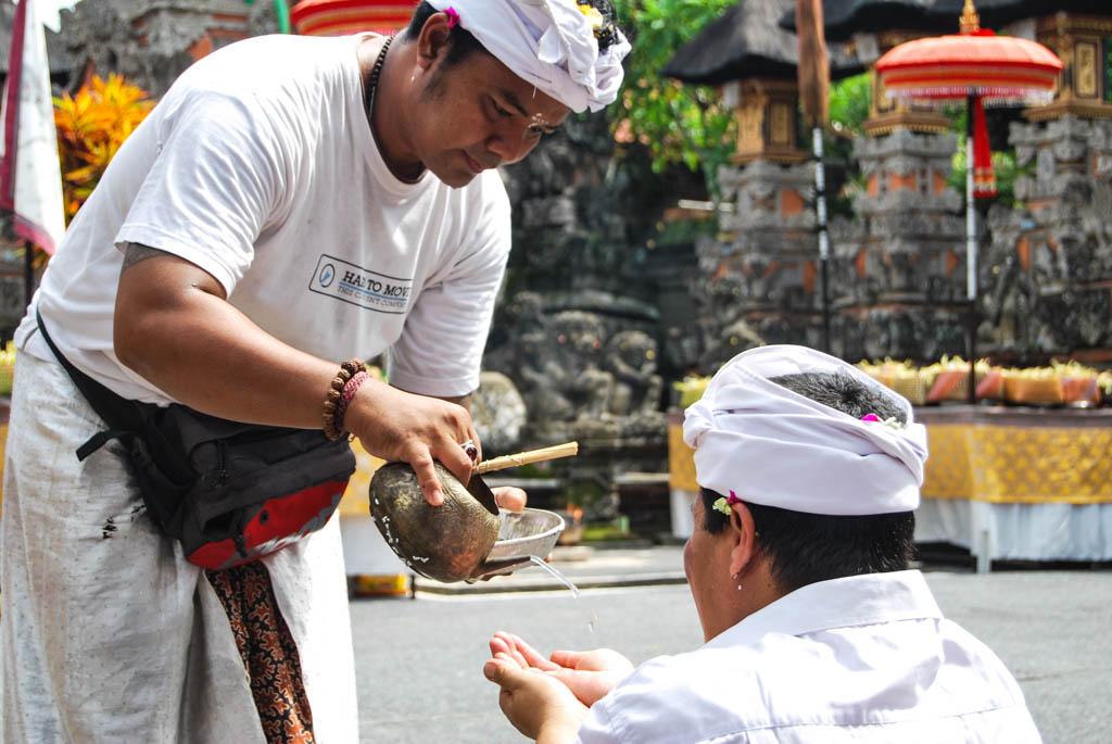 tirta bij familie- en tempelceremonies