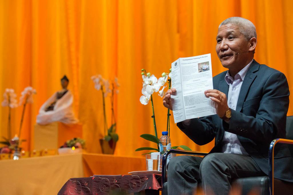 Thupten Jinpa legt uit over zijn cursus CCT – fotocredit Jurjen Donkers